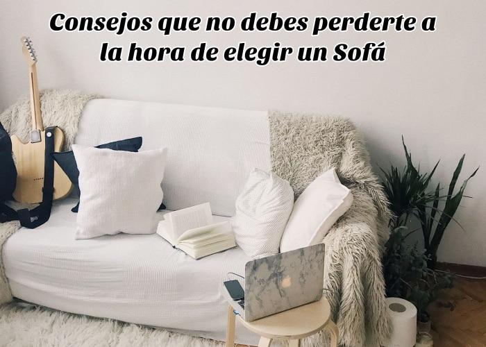 sofa-lleno-de-cojines-libros-y-mantas