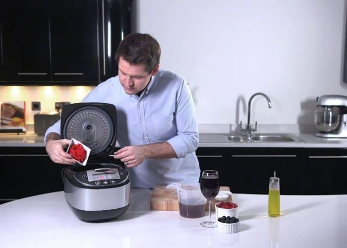 persona realizando una comida con un robot de cocina