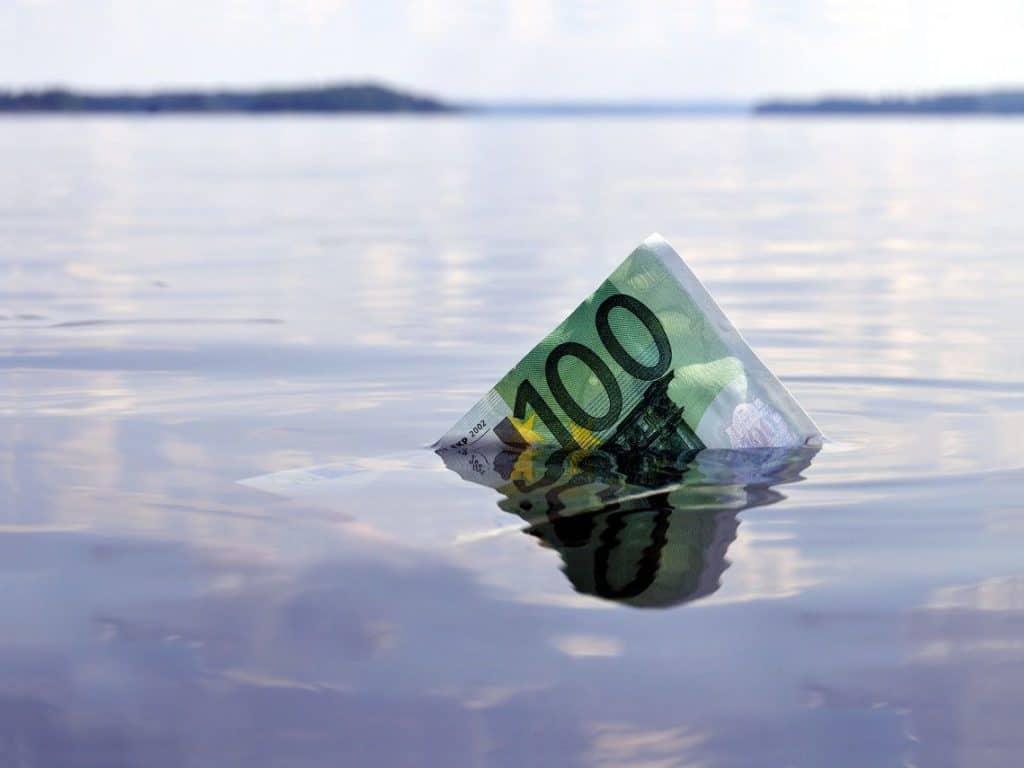billete de 100 euros en el agua