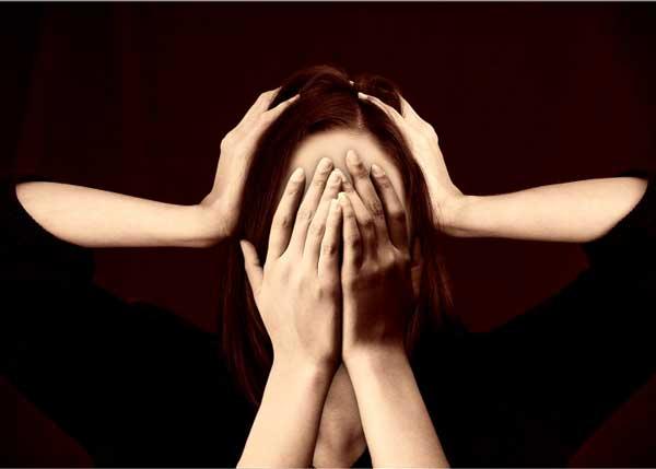 persona estresada tapandose cara